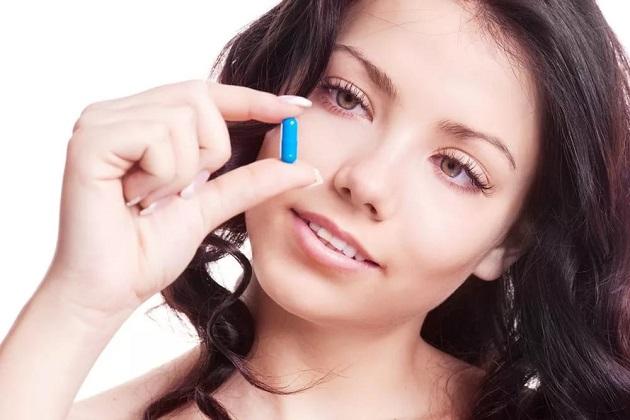 Девушка и таблетка