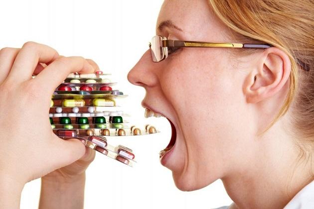 Женщина принимает много таблеток