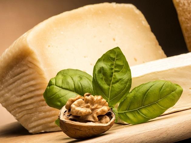 Сыр и грецкий орех