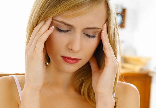 Головная боль у молодой женщины
