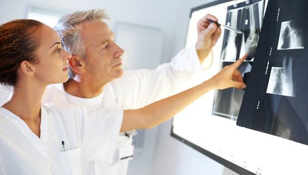Врачи анализируют рентгеновский снимок
