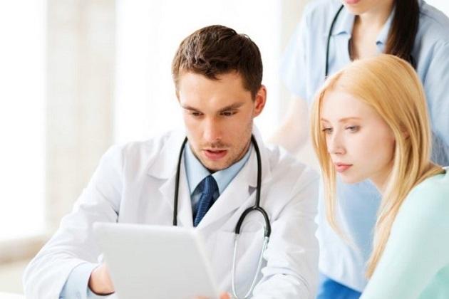 Молодая женщина на приеме у врача