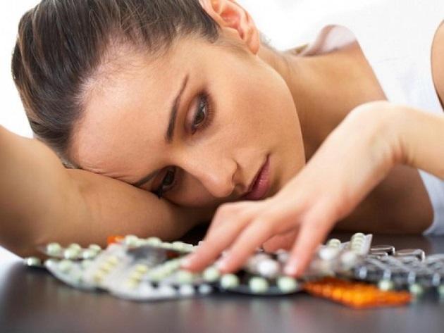 Девушка принимает антидепрессанты